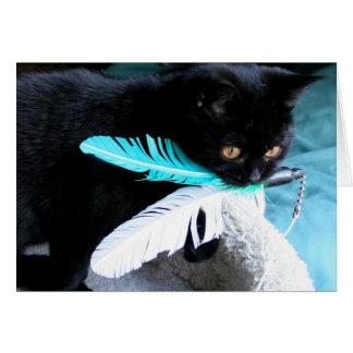 Le chat espiègle attrape le jouet de plume carte de vœux