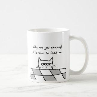 Le chat fâché vous veut hors du lit mug blanc