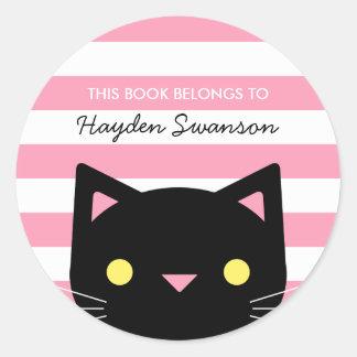 Le chat mignon   ce livre appartient à sticker rond