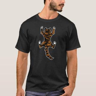 Le chat s'accrochent à une chemise t-shirt