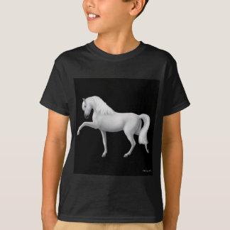Le cheval andalou blanc badine le T-shirt foncé