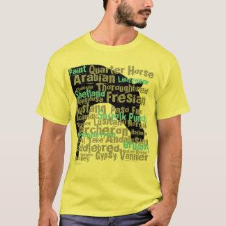 Le cheval multiplie le jaune du T-shirt des hommes