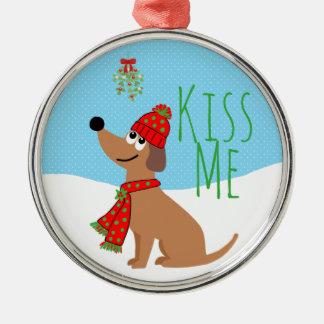 Le chien de gui embrasse l'ornement en céramique ornement rond argenté