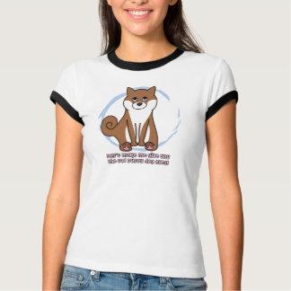 Le chien triste observe le T-shirt de Shiba Inu