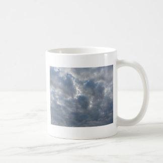 Le ciel avec les cumulonimbus et le soleil de mug