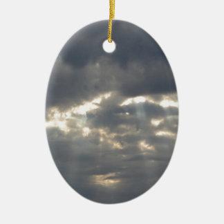 Le ciel avec les cumulonimbus et le soleil de ornement ovale en céramique