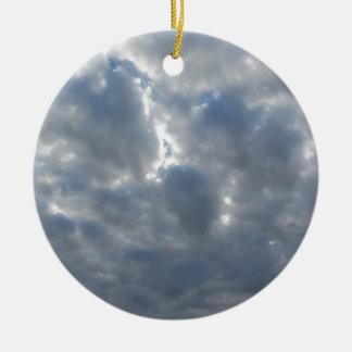 Le ciel avec les cumulonimbus et le soleil de ornement rond en céramique