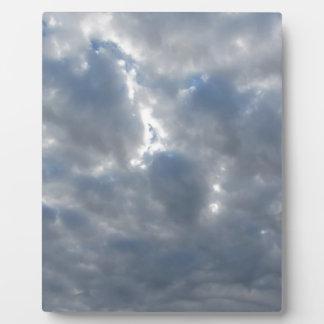 Le ciel avec les cumulonimbus et le soleil de plaque photo