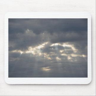 Le ciel avec les cumulonimbus et le soleil de tapis de souris