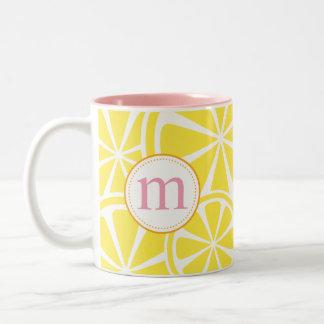 Le citron découpe la tasse de monogramme