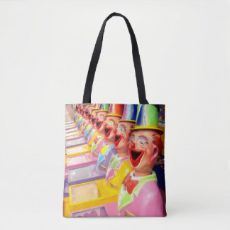 Le clown heureux fait face au sac à provisions de