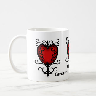 Le coeur rouge assez gothique ajoutent votre nom tasse à café