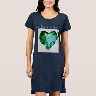 Le coeur veut la robe de T-shirt de marine