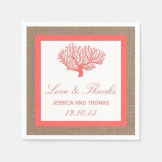Le corail sur la collection de mariage de plage de serviette en papier