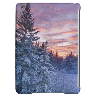 Le coucher du soleil vif peint le ciel au-dessus d