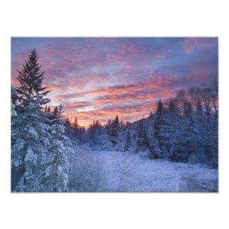 Le coucher du soleil vif peint le ciel au-dessus d impression photo