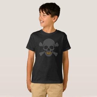 Le crâne et les os croisés de l'enfant avec des t-shirt