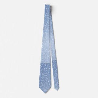 Le cravate bleu-clair des hommes