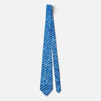 Le cravate bleu-foncé des hommes