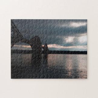 Le crépuscule, clôturent en avant le pont et le puzzle