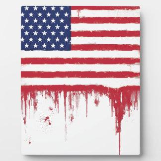 Le cru de drapeau américain éclabousse plaque photo