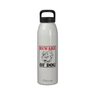 Le ~ de bouteille d'eau de bouledogue prennent gar
