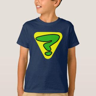 Le détective superbe badine le T-shirt