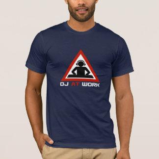 Le DJ au travail avec un écouteur T-shirt