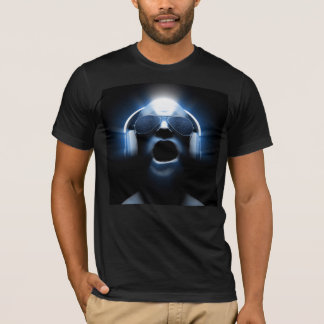 Le DJ hurlant des écouteurs et des lunettes de T-shirt