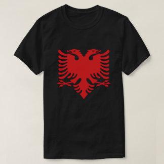 Le double albanais de drapeau a dirigé Eagle en T-shirt