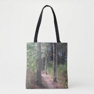 Le double d'arbres forestiers a dégrossi sac