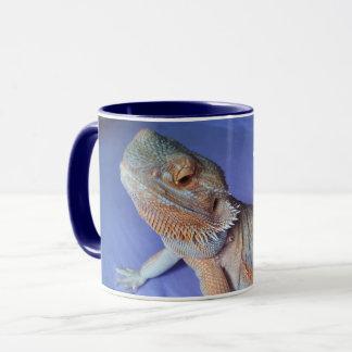 Le dragon barbu mignon ferment le bleu d'image mug