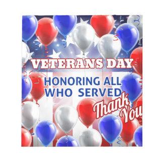 Le drapeau américain de jour de vétérans monte en bloc-note