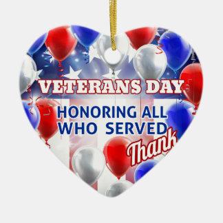Le drapeau américain de jour de vétérans monte en ornement cœur en céramique