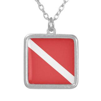 Le drapeau blanc rouge du plongeur de logo de pendentif carré