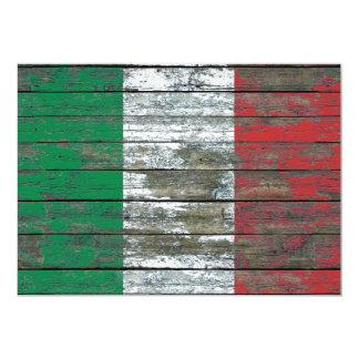 Le drapeau italien sur le bois rugueux embarque cartons d'invitation