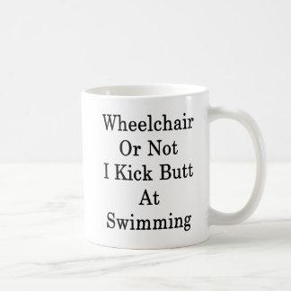 Le fauteuil roulant ou pas moi donnent un coup de mug