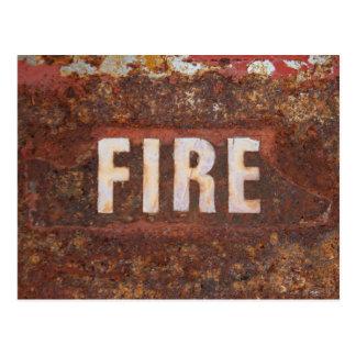 Le feu se connectent la plaque d'acier rouillée. carte postale