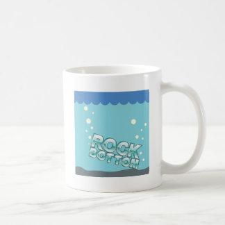 Le fin fond frappant la conception de mots mug blanc