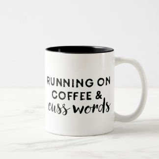 Le fonctionnement sur le café et jurent tasse de