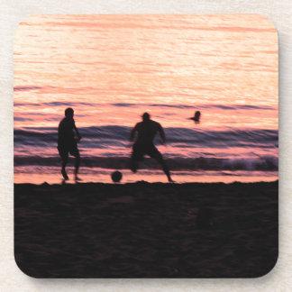 Le football dans le sable dessous-de-verre