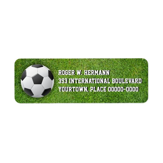 Le football du football dans l'herbe étiquette d'adresse retour