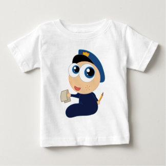 Le futur enfant en bas âge de policier badine le t-shirt pour bébé