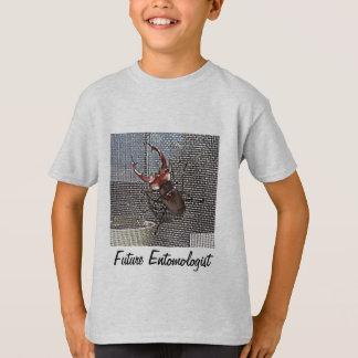Le futur entomologiste badine le T-shirt