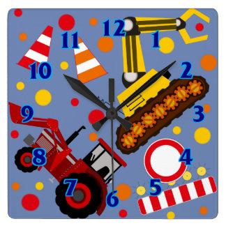 Le garçon de point de polka de tracteur et de horloge carrée