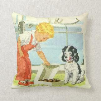 Le garçon vintage alimente le coussin de chien