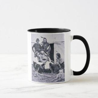 Le Général George A. Custer (1839-76) avec son Mug