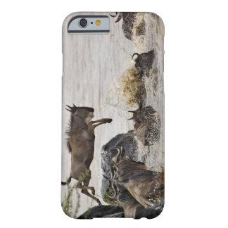 Le gnou sautant dans la rivière de Mara pendant Coque iPhone 6 Barely There