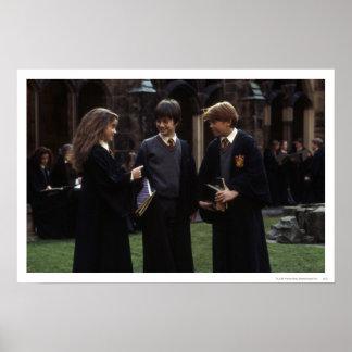 Le groupe en dehors de Hogwarts Affiches
