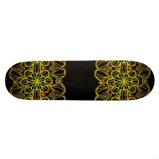 Le jaune laisse le mandala sur le conseil foncé skateboard